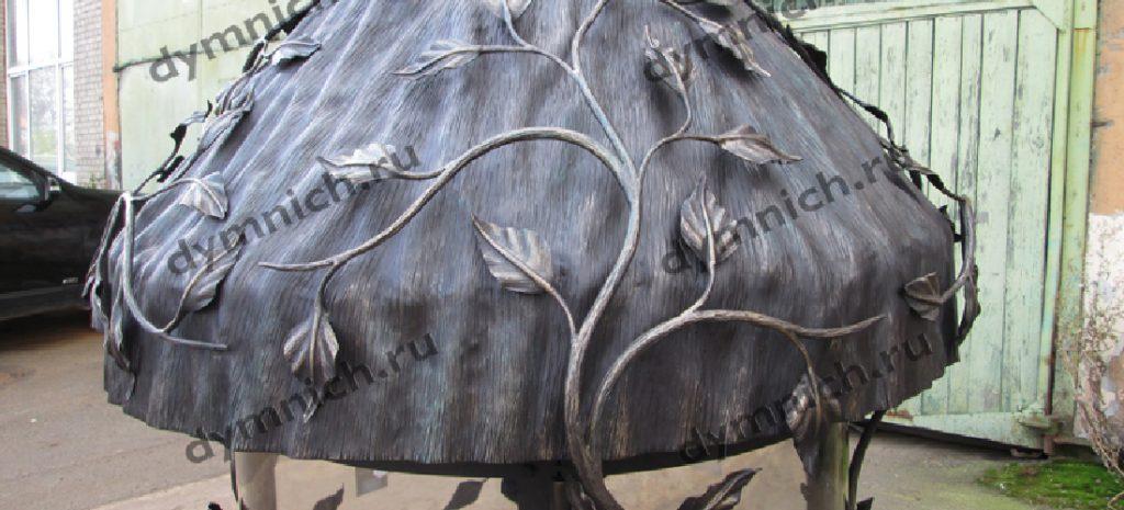 камин изготовлен с коваными элементами